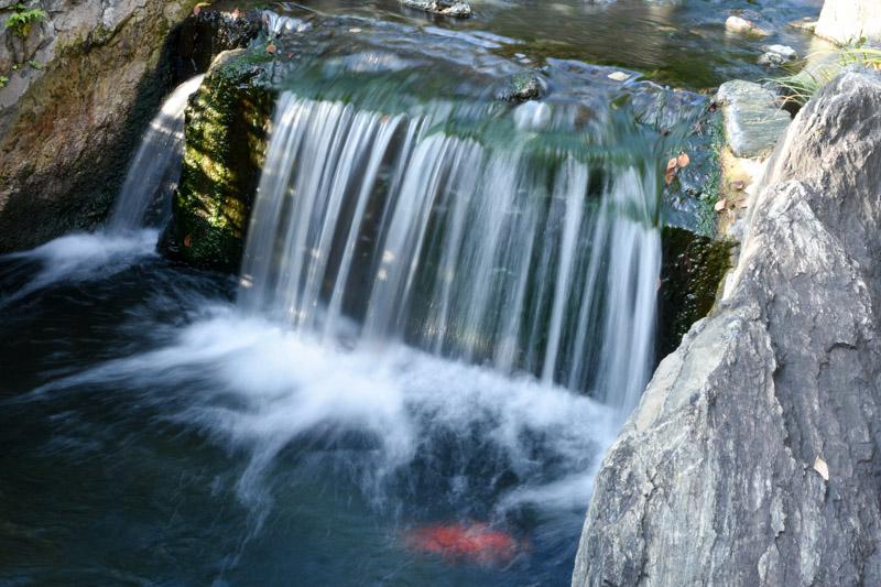 滝の流れる表現は絞りを絞ってシャッタースピードを遅くする