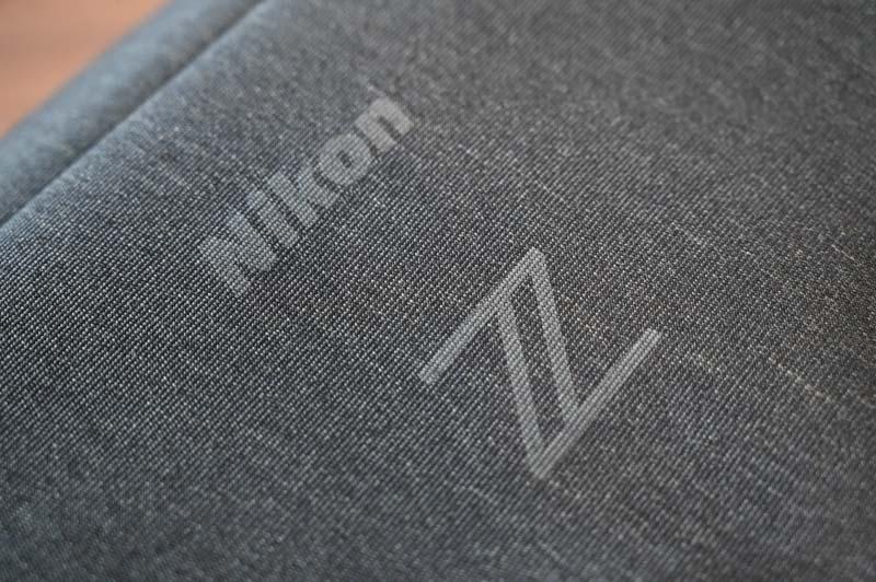 Nikon Z シリーズ用ジャストフィットバッグインバッグの表面にはロゴがプリント
